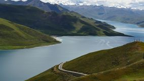 Mountainsee Yamdrok-Himalaja Tibet stock video