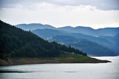 Mountainsee ` Zaovine-`, mt Tara, Serbien lizenzfreie stockbilder