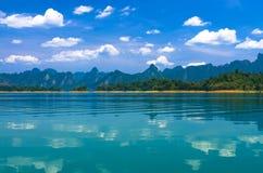 Mountainseelandschaft an Khaosok Nationalpark Lizenzfreies Stockfoto