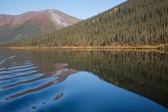mountainside λιμνών γαλήνιο Στοκ εικόνες με δικαίωμα ελεύθερης χρήσης