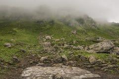 Mountainside που καλύπτεται με τα σύννεφα Στοκ Φωτογραφία