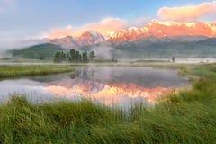 Mountainsseenebel-Reflexionsdämmerung Lizenzfreie Stockfotos
