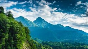 Mountaints και δέντρα στο νεφελώδες χρονικό σφάλμα ηλιοβασιλέματος απόθεμα βίντεο