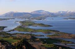 Mountainview sobre Bronnoysund en Noruega Fotos de archivo libres de regalías