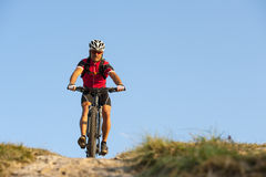 On the mountainway with bike - mountainbiker to go down. On the trail with bike Royalty Free Stock Photos
