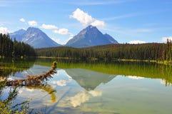Mountais y reflexión de las nubes en un lago Imágenes de archivo libres de regalías