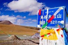 Mountan passerar under den molniga skyen Fotografering för Bildbyråer