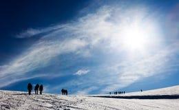 Mountaneers che cammina su un ghiacciaio Immagini Stock Libere da Diritti