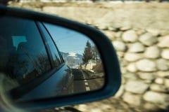 Mountanin nello specchio di automobile Fotografie Stock Libere da Diritti