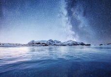 Mountans и отражение на воде отделывают поверхность на nighttime Залив и горы моря на nighttime Млечный путь над горами стоковое изображение