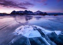 Mountans och djupfryst is på på solnedgångtiden Havsfjärd och berg på solnedgångtimetimen royaltyfri fotografi