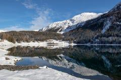 Mountans som reflekterar i sjön Davos, Schweiz royaltyfria foton