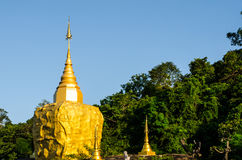 mountian,金黄岩石的, Sakonnakorn泰国Phadan塔 库存图片
