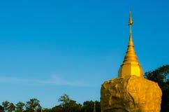 mountian,金黄岩石的, Sakonnakorn泰国Phadan塔 图库摄影