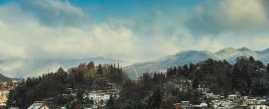 Mountian, ουρανός, σύννεφο, δέντρο Στοκ Εικόνες