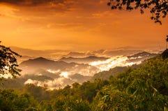 Mountian et nuage dans la forêt tropicale Photos stock