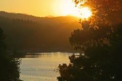 mountian solnedgång för lake fotografering för bildbyråer
