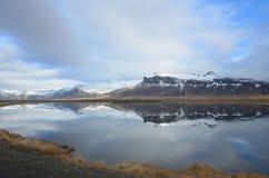 Mountians bonito que reflete na água em Islândia fotografia de stock royalty free
