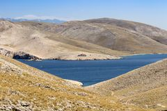 Mountians com mar e farol, Croácia de Baska Imagem de Stock