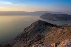 Mountians e mar na luz do nascer do sol, Croácia de Baska Fotografia de Stock