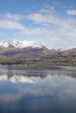Mountians refletiu no lago desobstruído Imagem de Stock