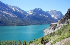 Mountians y lago Fotos de archivo