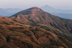 Mountins在从Scaffaiolo湖的黎明 免版税库存图片