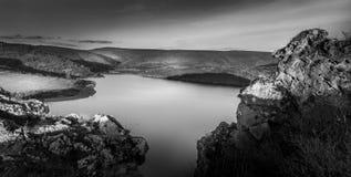 Mountins del briciolo del lago nel b&w Fotografia Stock Libera da Diritti