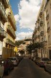 Mouraria grannskapgata och Graca i Lissabon Arkivfoton