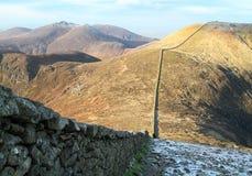 Mourne vägg mellan Slieve Donard och Slieve Commedagh som är nordlig - Irland Arkivfoton