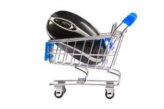 Mouse del calcolatore in carrello di acquisto fotografia stock libera da diritti