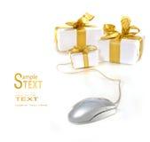 Mouse del calcolatore con i regali del nastro dell'oro Fotografia Stock