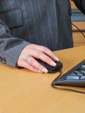Mouse del calcolatore della holding della mano Fotografia Stock
