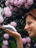 Mouse del calcolatore della holding della ragazza fotografia stock