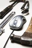 Mouse del calcolatore e vecchi strumenti fotografie stock