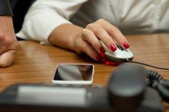 Mouse della holding della donna di impiegato Fotografia Stock Libera da Diritti
