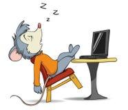 Mouse di sonno del fumetto sulla presidenza con il computer portatile Immagine Stock