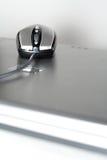 Mouse su un computer portatile d'argento Fotografia Stock Libera da Diritti