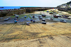 Mousehole Harbour. Boats left high and dry in mousehole harbour, Cornwall Stock Images