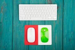 Mouses клавиатуры радиотелеграфа тонкие белые, зеленых и белых, блокнот дальше Стоковые Фотографии RF