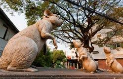 Mouses en grote moederrat in vorm van een beeldhouwwerk op de straat Stock Foto