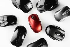Mouses sem fio coloridos isolados no fundo branco Foto de Stock