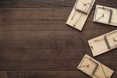 Mousetraps na drewnianym tle Zdjęcia Royalty Free