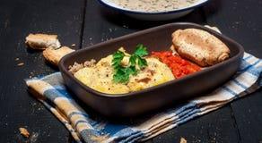 Moussaka caseiro serviu com pão da sopa de peixe do cogumelo e chutney (a culinária europeia do leste) Imagem de Stock Royalty Free