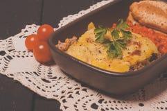 Moussaka caseiro serviu com pão e chutney (a culinária europeia do leste) Imagens de Stock