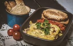 Moussaka caseiro serviu com pão e chutney (a culinária europeia do leste) Fotos de Stock
