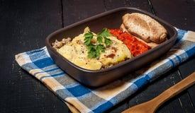 Moussaka caseiro serviu com pão e chutney (a culinária europeia do leste) Imagem de Stock Royalty Free
