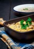 Moussaka caseiro serviu com pão e chutney (a culinária europeia do leste) Foto de Stock