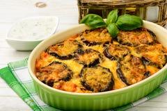 Moussaka - cocotte en terre grecque avec des aubergines Image stock