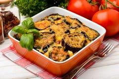 Moussaka - cocotte en terre grecque avec des aubergines Images stock